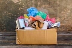 Boîte avec des déchets photos stock