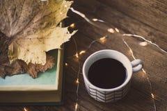 Boîte avec des feuilles sur une table et un café Image libre de droits