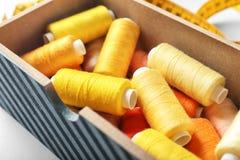 Boîte avec des fils de couture de couleur sur la table, Photo libre de droits