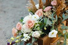 Boîte avec des fleurs au sol Décorations de mariage Photo libre de droits