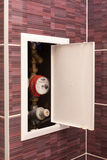 Boîte avec des mètres d'eau sur la salle de bains Photographie stock