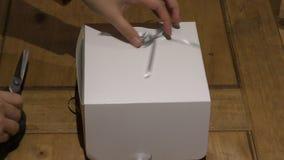 Boîte avec des petits gâteaux La femme ouvre la boîte banque de vidéos