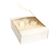 Boîte avec du sucre raffiné photos libres de droits