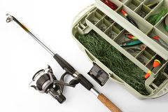 Boîte avec l'attirail et la canne à pêche photos stock