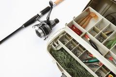 Boîte avec l'attirail et la canne à pêche images stock