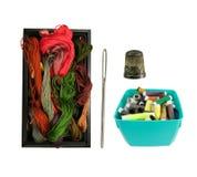 Boîte avec le fil et le fil, l'aiguille et le dé colorés Image stock