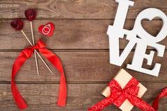 Boîte avec le ruban et l'anneau rouges sur un fond en bois, concept de Saint-Valentin Image libre de droits