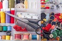 Boîte avec les accessoires de couture Photographie stock libre de droits