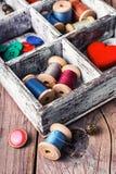 Boîte avec les accessoires de couture Image stock