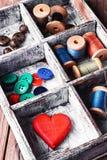 Boîte avec les accessoires de couture Photo libre de droits