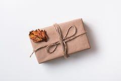 Boîte avec les feuilles d'automne sèches Photo stock