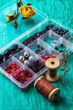 Boîte avec les perles et le fil Photographie stock libre de droits