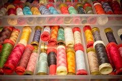 Boîte de fils colorés Photo libre de droits