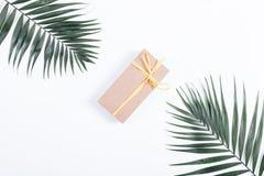 Boîte avec un ruban et un cadeau se trouvant sur la table blanche entre le le Image stock
