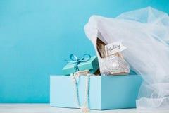 Boîte bleue avec les chaussures nuptiales en composition Photographie stock