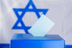 Boîte bleue d'élection avec le vote sur le fond de drapeau de l'Israël, maquette image libre de droits