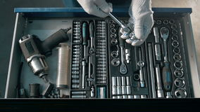 Boîte bleue ouverte en métal de mécanicien avec différents outils pour la réparation de voiture à la station service moderne Photos libres de droits