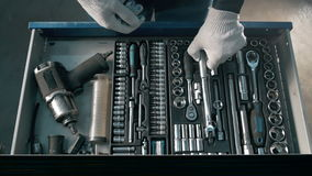 Boîte bleue ouverte en métal de mécanicien avec différents outils pour la réparation de voiture à la station service moderne Photos stock