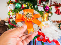 Boîte-cadeau à disposition sur le fond d'arbre de Noël Photos stock