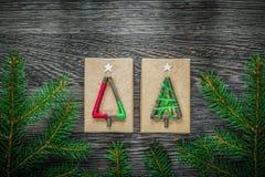 Boîte-cadeau à feuilles persistantes de branche sur le conseil en bois Image stock