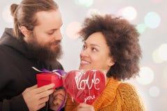 Boîte-cadeau à la femme et coeur d'amour pour l'homme Images stock