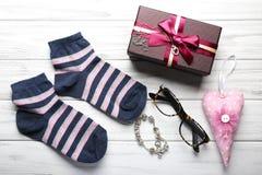 Boîte-cadeau, accessoires de bijoux, chaussettes et autre sur le backgro en bois Images libres de droits
