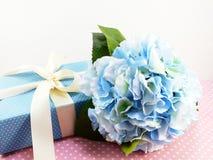 Boîte-cadeau actuel avec l'utilisation de décoration d'arc pour la variété de vacances Photo stock