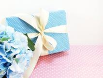 Boîte-cadeau actuel avec l'utilisation de décoration d'arc pour la variété de vacances Image stock