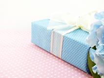 Boîte-cadeau actuel avec l'utilisation de décoration d'arc pour la variété de vacances Images stock