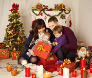 Boîte-cadeau actuel ouvert de famille de Noël, père Baby Child de mère Images libres de droits