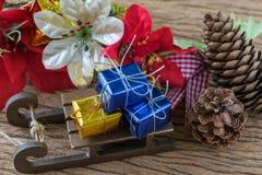 Boîte-cadeau actuels de miniature sur le traîneau du père noël comme Noël Photos libres de droits