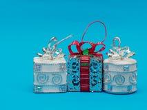 Boîte-cadeau argenté brillant blanc avec le boîte-cadeau blanc rouge de ruban et d'arc et argenté de forme de place et ronde au-d Photo libre de droits