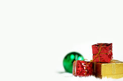Boîte-cadeau argenté rouge d'or et boule verte de miroir Photos libres de droits