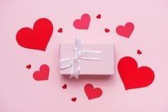 Boîte-cadeau attaché avec le ruban rose et les coeurs rouges pour le jour de mères Image stock