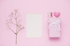 Boîte-cadeau attaché avec le ruban rose et les fleurs blanches pour le jour de mères Photographie stock