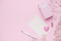 Boîte-cadeau attaché avec le ruban rose et les fleurs blanches pour le jour de mères Image stock