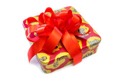 Boîte-cadeau attaché avec un arc rouge Image libre de droits