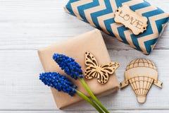 Boîte-cadeau avec amour d'étiquette Photos stock
