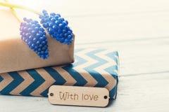 Boîte-cadeau avec amour d'étiquette Photographie stock