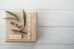 Boîte-cadeau avec amour d'étiquette Image libre de droits