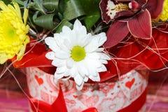 Boîte-cadeau avec de belles fleurs d'orchidée Photos libres de droits