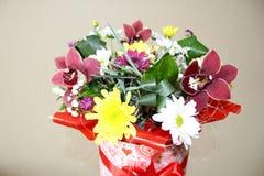 Boîte-cadeau avec de belles fleurs d'orchidée Images stock