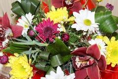 Boîte-cadeau avec de belles fleurs d'orchidée Image stock