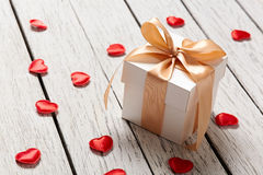 Boîte-cadeau avec de petits coeurs Photographie stock libre de droits