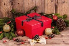 Boîte-cadeau avec des éléments de Noël Photographie stock libre de droits
