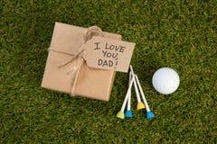 Boîte-cadeau avec des équipements de sports disposés sur l'herbe Images stock