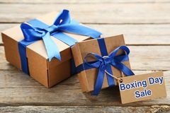 Boîte-cadeau avec des étiquettes de vente Photographie stock