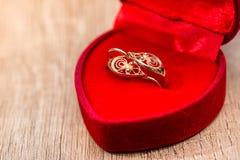 Boîte-cadeau avec des boucles d'oreille d'or Photo stock