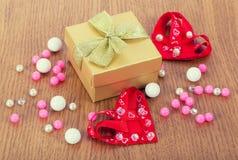 Boîte-cadeau avec des coeurs et des perles Photos libres de droits