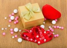 Boîte-cadeau avec des coeurs et des perles Photographie stock libre de droits